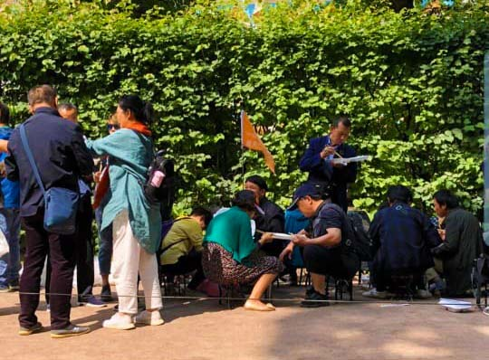 Китайские туристы избили девушку увхода в«Царское Село»