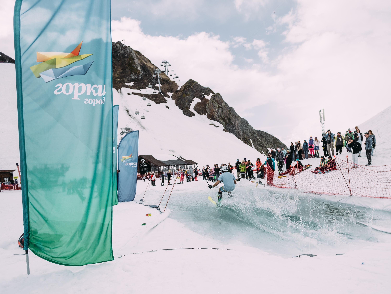 Горнолыжный сезон вСочи завершился снежной велогонкой накурорте «Горки Город»