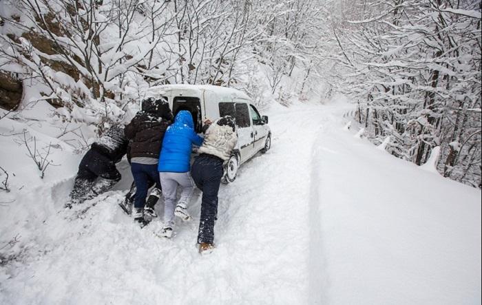 Снегопад вКрыму: туристов просят воздержаться отпоездок вгоры
