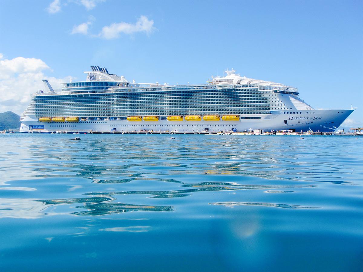 Лайнер Royal Caribbean досрочно завершит круиз из-за вспышки инфекции на борту