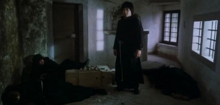 Джеки Чан в фильме «Божья броня» в 1986 году эффектно спускался с нависающей стены Предъямского замка